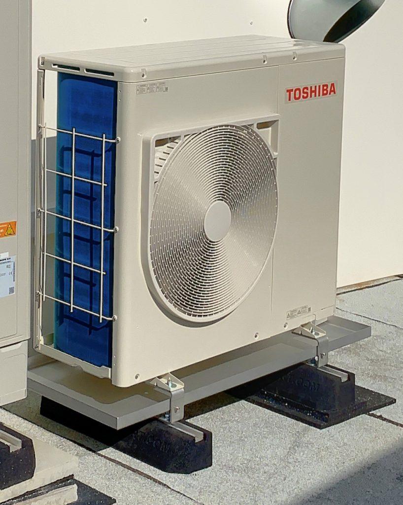 Außengerät Toshiba mit Ölauffangwanne